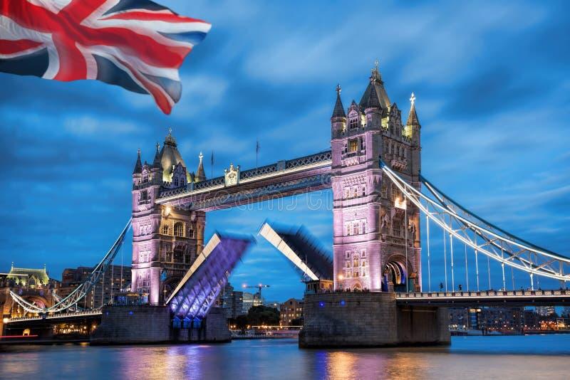 Torenbrug met open poort in de avond, Londen, Engeland, het UK royalty-vrije stock fotografie