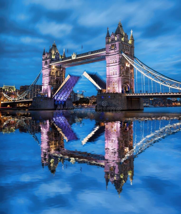 Torenbrug met open poort in de avond, Londen, Engeland, het UK royalty-vrije stock foto