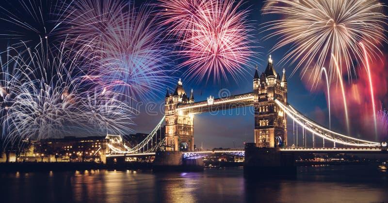 Torenbrug met vuurwerk, Nieuwjaar in Londen, het UK stock afbeeldingen