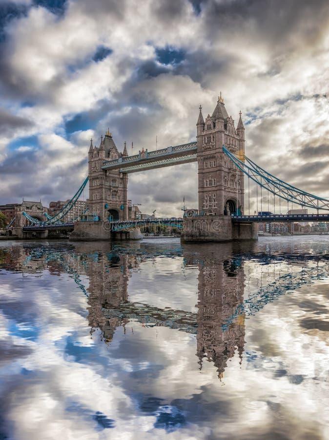 Torenbrug tegen zonsondergang in Londen, Engeland, het UK stock foto