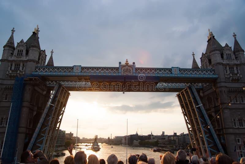 Torenbrug worden die die in Londen, het Verenigd Koninkrijk wordt geopend De mensen bekijken brug over de rivier van Theems op gr royalty-vrije stock foto
