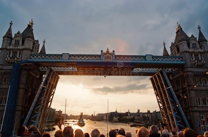 Torenbrug worden die die in Londen, het Verenigd Koninkrijk wordt geopend De mensen bekijken brug over de rivier van Theems op gr royalty-vrije stock foto's