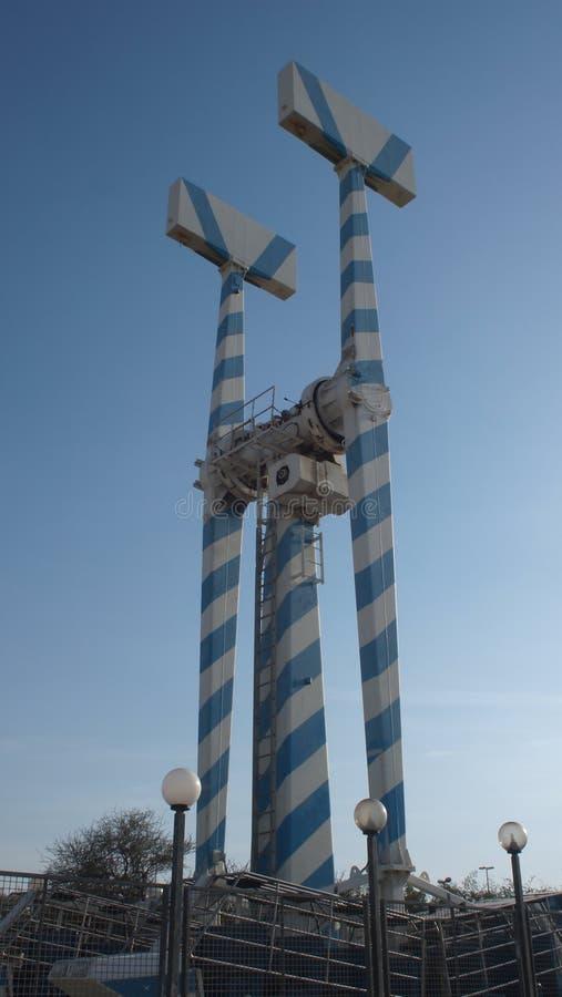 Torenhoge monsters tegen een blauwe hemel stock fotografie