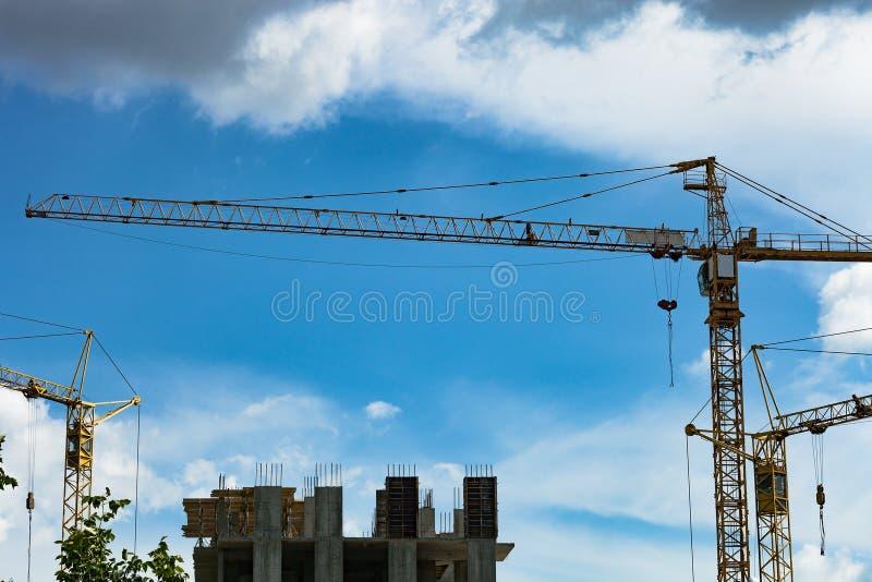 Torenkraan de bouwhuis royalty-vrije stock afbeeldingen