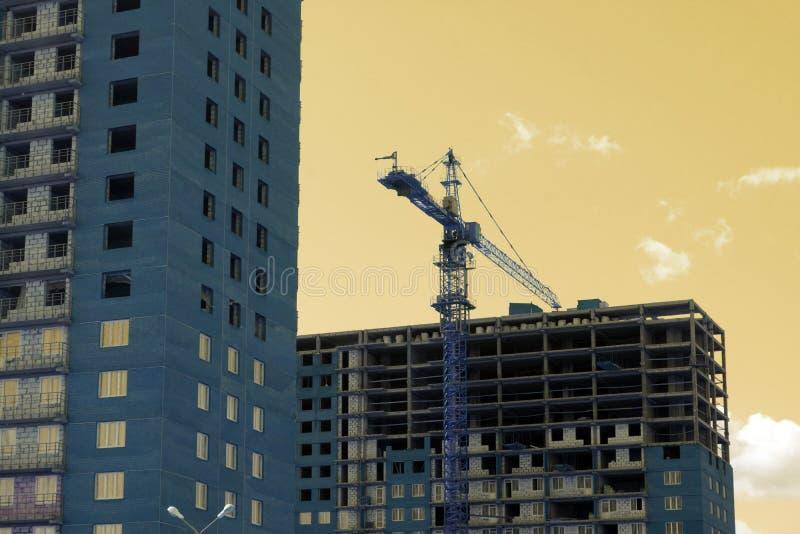 Torenkraan dichtbij de bouw van een nieuw huis stock foto