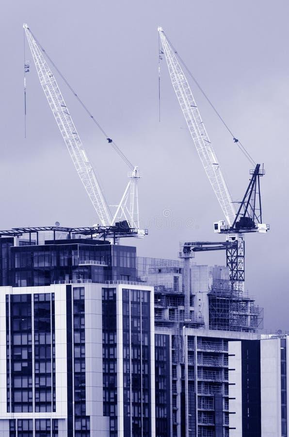 Torenkranen in nieuwe bouwconstructieplaats royalty-vrije stock fotografie