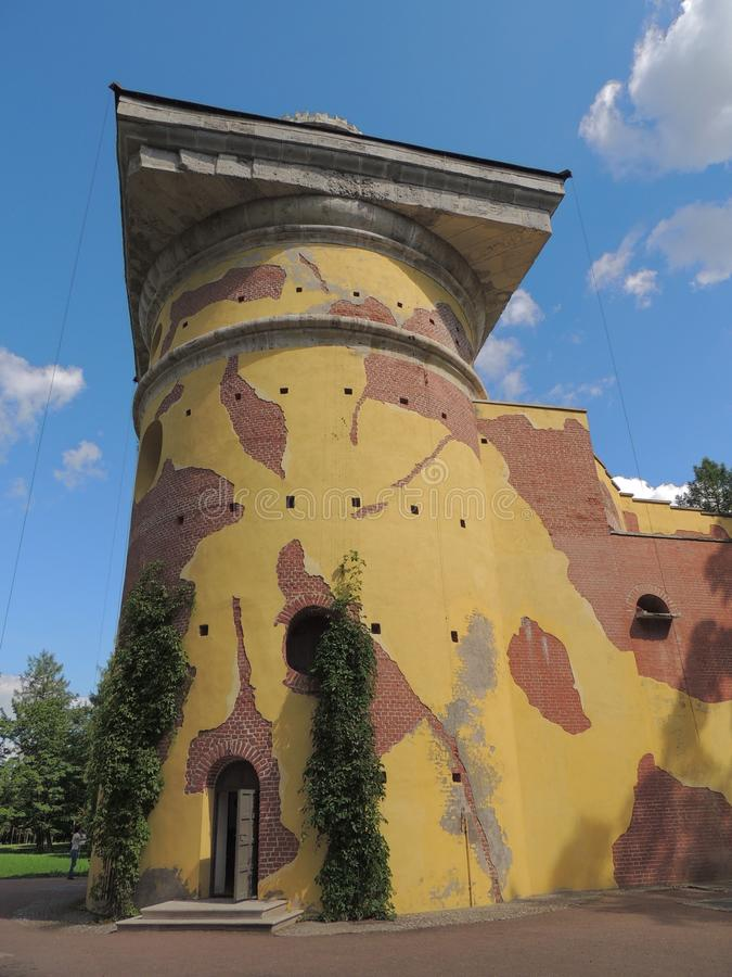 Torenruïne in het park van Catherine stock afbeeldingen