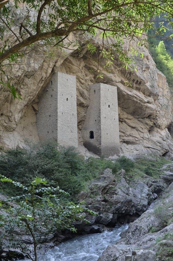 Torens in de rots op de weg Grozny - itum-Kali, de Tchetcheense Republiek Tchetchenië, Rusland royalty-vrije stock fotografie