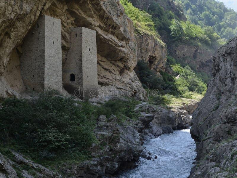 Torens in de rots op de weg Grozny - itum-Kali, de Tchetcheense Republiek Tchetchenië, Rusland royalty-vrije stock afbeeldingen