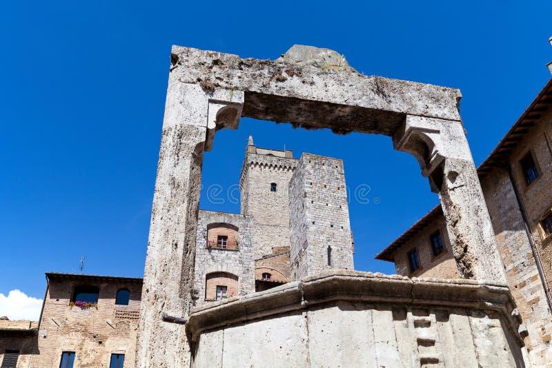 Torens en middeleeuws goed op Piazza dellareservoir in San Gimignano in Toscanië in Italië stock foto