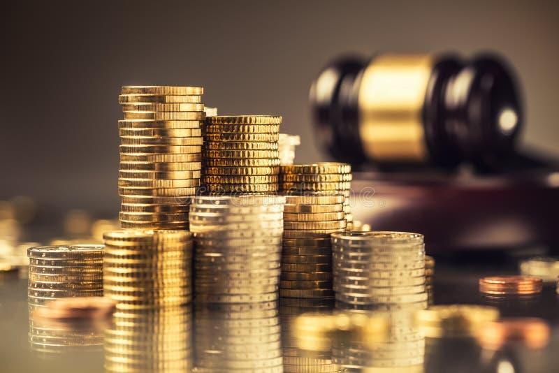 Torens met euro muntstukken en rechtvaardigheidshamer op de achtergrond royalty-vrije stock fotografie