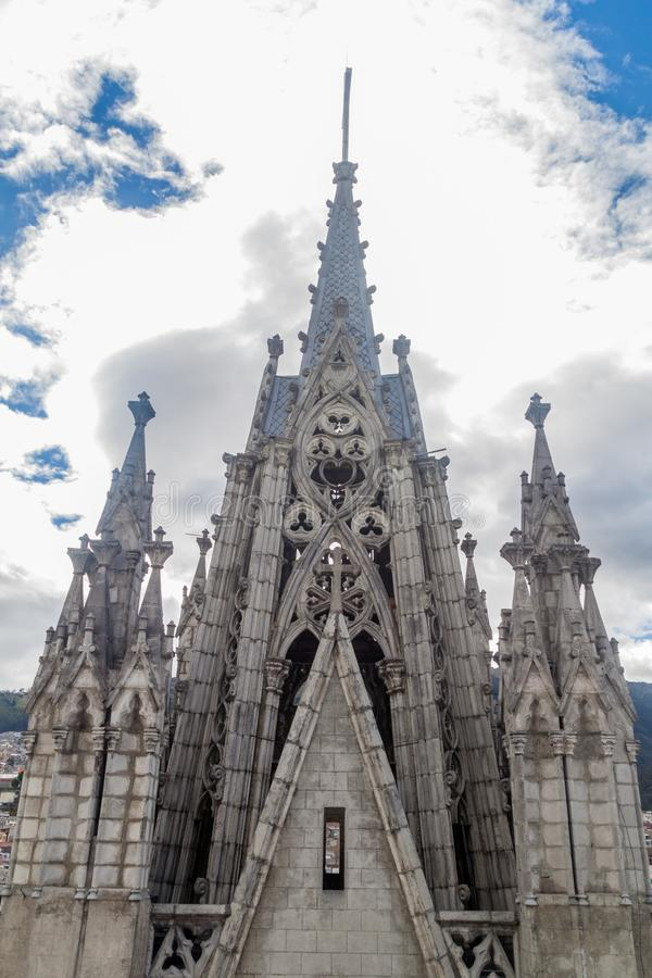 Torens van de Basiliek van de Nationale Gelofte in Quito stock fotografie