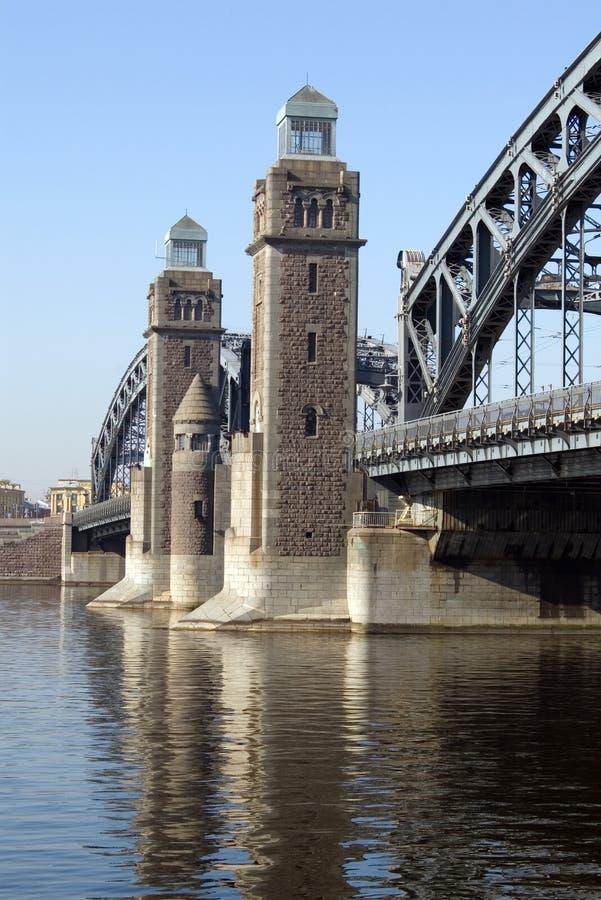 Torens van Grote brug Ohta in St. Petersburg stock foto