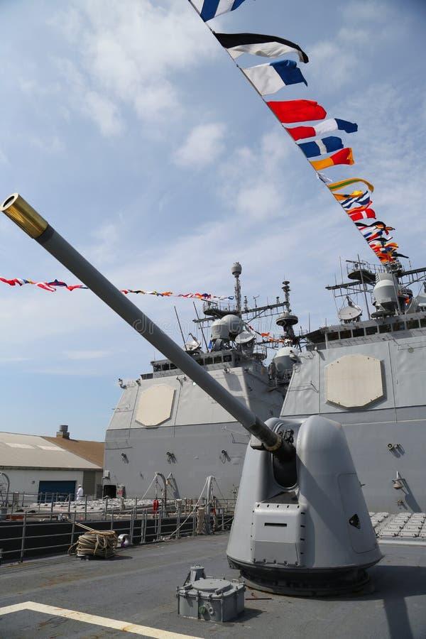 Torentje die een 5 duimkanon op het dek van de Marine ticonderoga-Klasse van de V.S. kruiser bevatten stock foto's