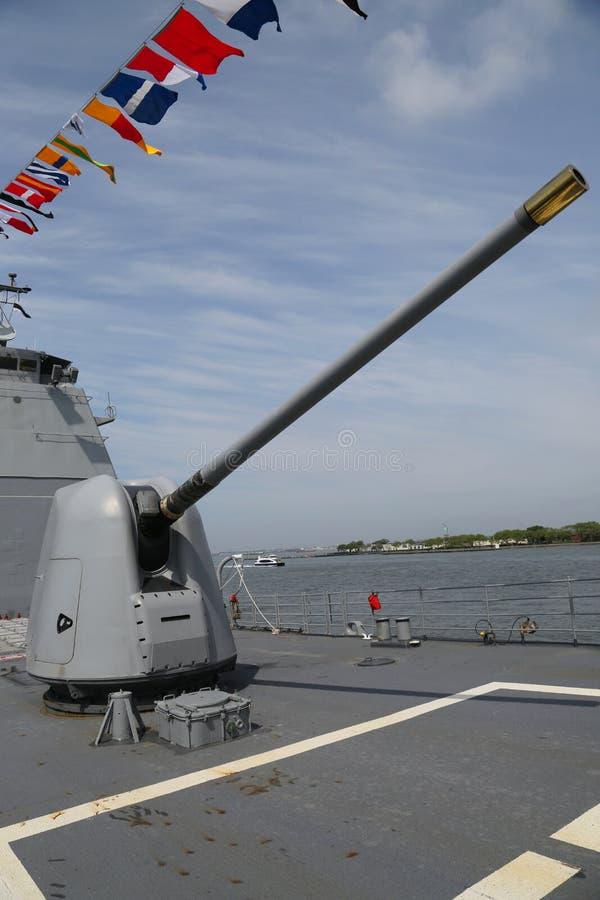 Torentje die een 5 duimkanon op het dek van de Marine ticonderoga-Klasse van de V.S. kruiser bevatten stock foto