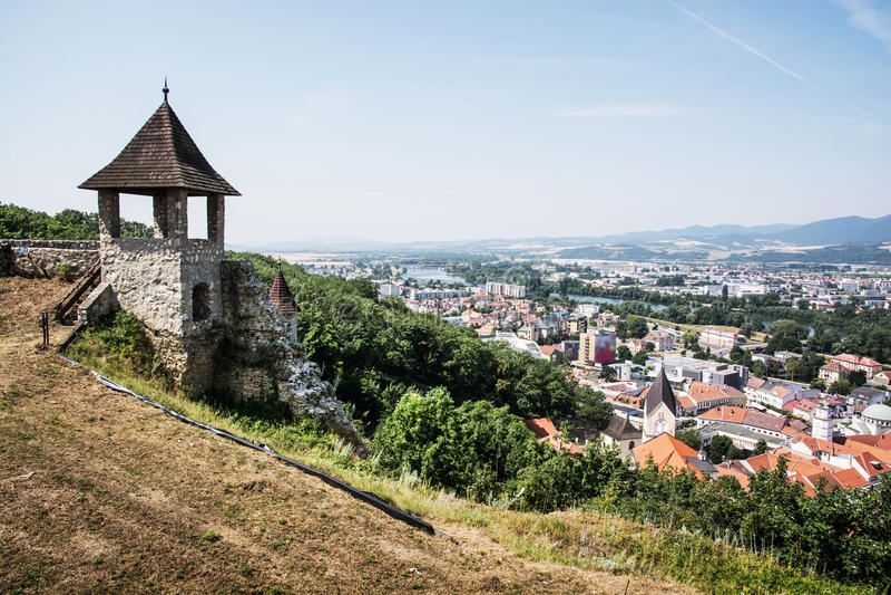 Torentje in kasteel en cityscape Trencin, Slowakije royalty-vrije stock foto
