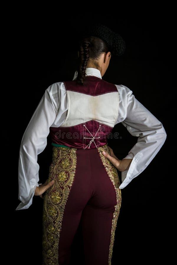 Torero della donna vestendosi con la maglia sulla vostra parte posteriore immagine stock libera da diritti