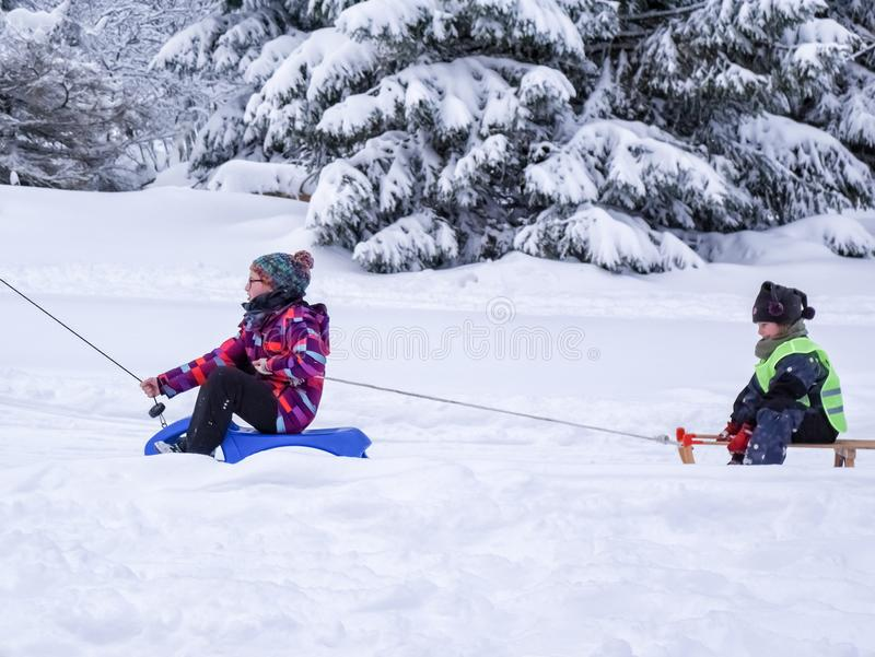 Torfhaus, Alemania - 3 JANUAR 2015: El muchacho va para arriba en la montaña Deportes de invierno activos de la familia fotografía de archivo