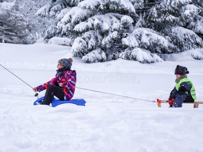 Torfhaus, Allemagne - 3 JANUAR 2015 : Le garçon va sur la montagne Sports d'hiver actifs de famille photographie stock