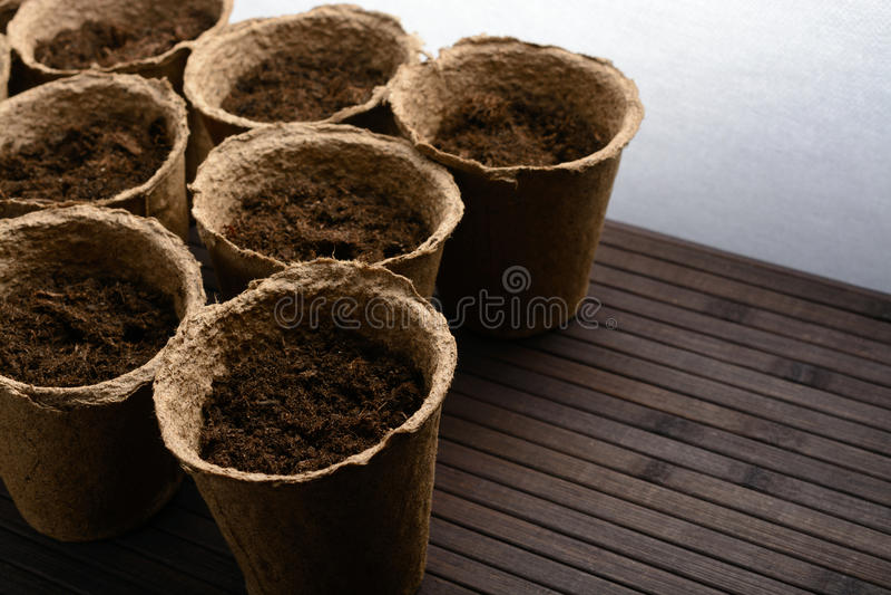 Torftöpfe mit Boden lizenzfreies stockfoto