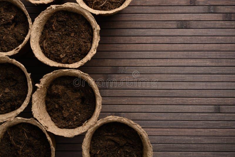 Torftöpfe mit Boden stockfotos