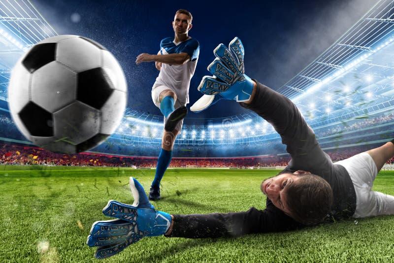 Torhüter tritt den Ball im Stadion stockfotos