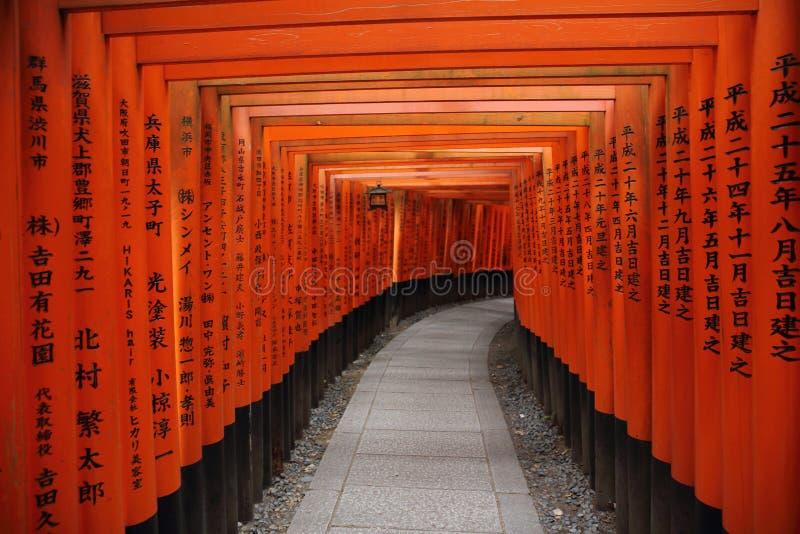 Tori Gate roja en la capilla de Fushimi Inari en Kyoto, Japón fotografía de archivo