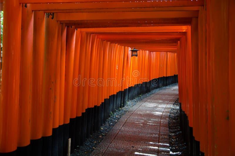 Tori Gate vermelha no santu?rio de Fushimi Inari em Kyoto, Jap?o imagens de stock royalty free