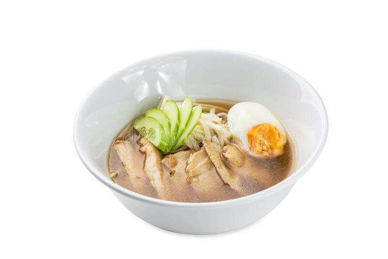 Tori Ramen - cuenco de sopa de fideos del pollo aislado en blanco imagen de archivo