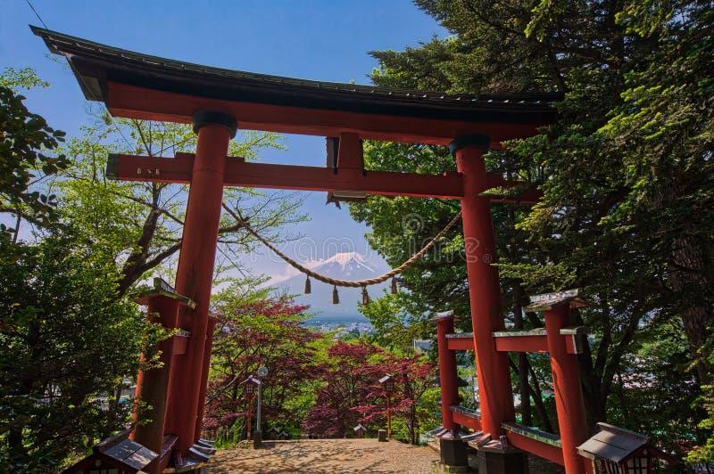 Tori rossi con il monte Fuji nei precedenti alla pagoda di Chureito immagini stock libere da diritti