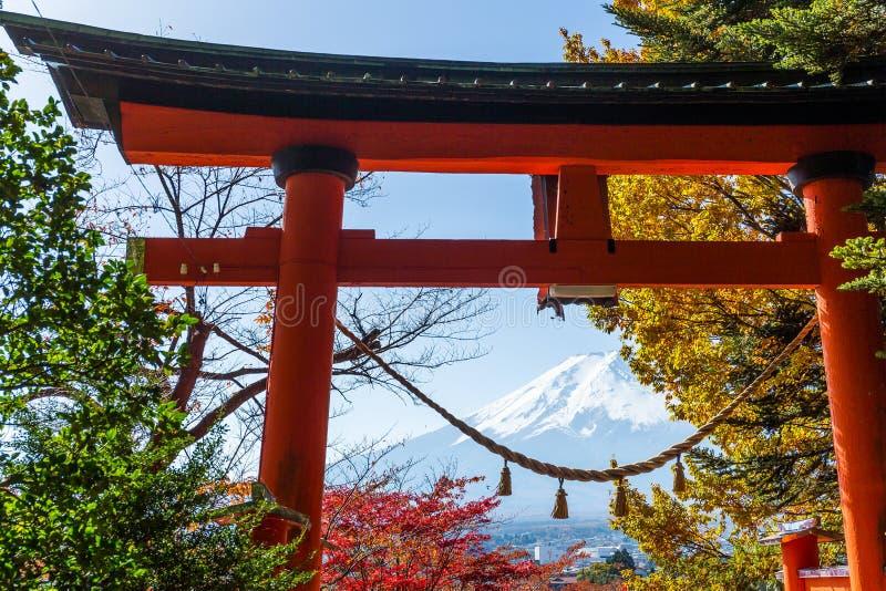 Torii,槭树和富士山在日本 免版税库存图片