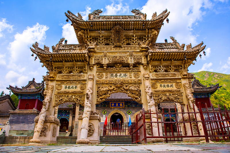 Torii πετρών Wutaishan (υποστήριγμα Wutai) σκηνή-χαρασμένο μπροστά από την πόρτα ναών Longquan. στοκ εικόνα με δικαίωμα ελεύθερης χρήσης