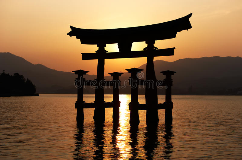 torii захода солнца miyajima стоковое фото