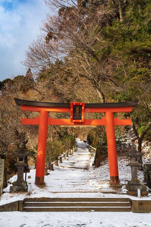 Torii auf der Seite des Dämon-Tors in Koyasan, wenn ein Weg zu Bentendake-Berg führt, der Mount Koya, Präfektur Wakayama, Japan stockfoto