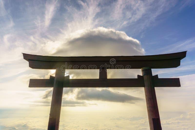 Torii bovenop Fuji-berg Fuji is hoogste berg in Japa stock afbeeldingen