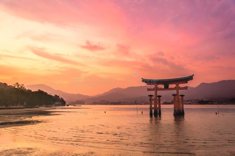 Torii brama Itsukushima świątynia na zmierzchu czasie przy Miyajima, Japonia fotografia royalty free