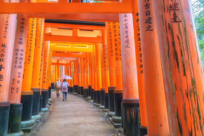 Torii déclenche le tombeau de Fushimi Inari, Kyoto photos stock