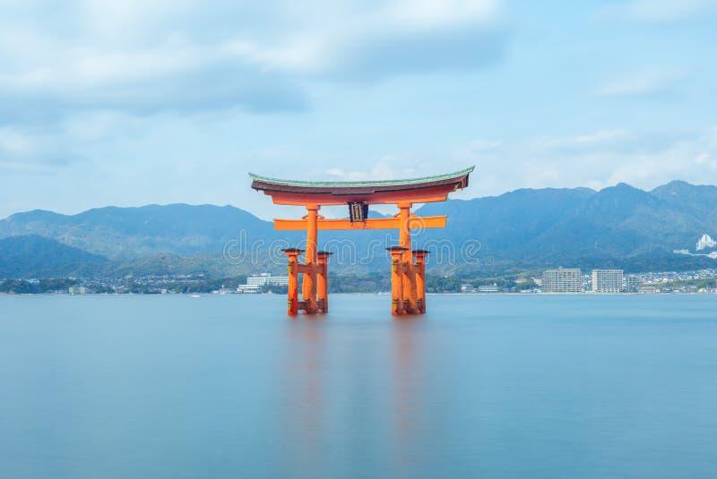 Torii de flutuação do santuário de Itsukushima em Hiroshima, Japão fotos de stock