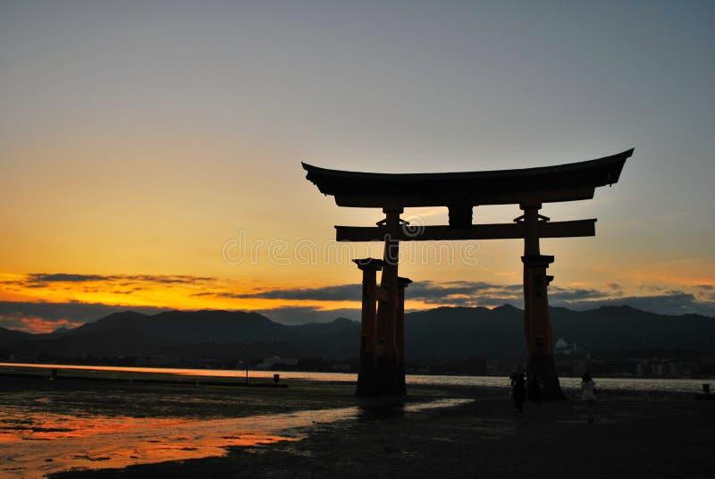 Torii Gatter eines Tempels während der Dämmerung stockfotografie