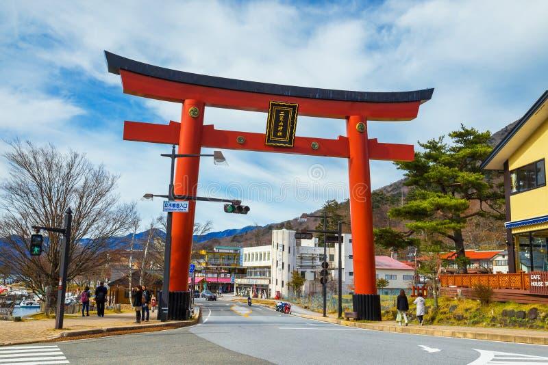 Torii port av den Futarasan relikskrin på sjön Chuzenjiko i Nikko, Japan royaltyfria foton