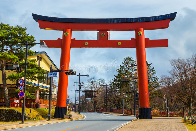 Torii port av den Futarasan relikskrin på sjön Chuzenjiko i Nikko, Japan arkivbild