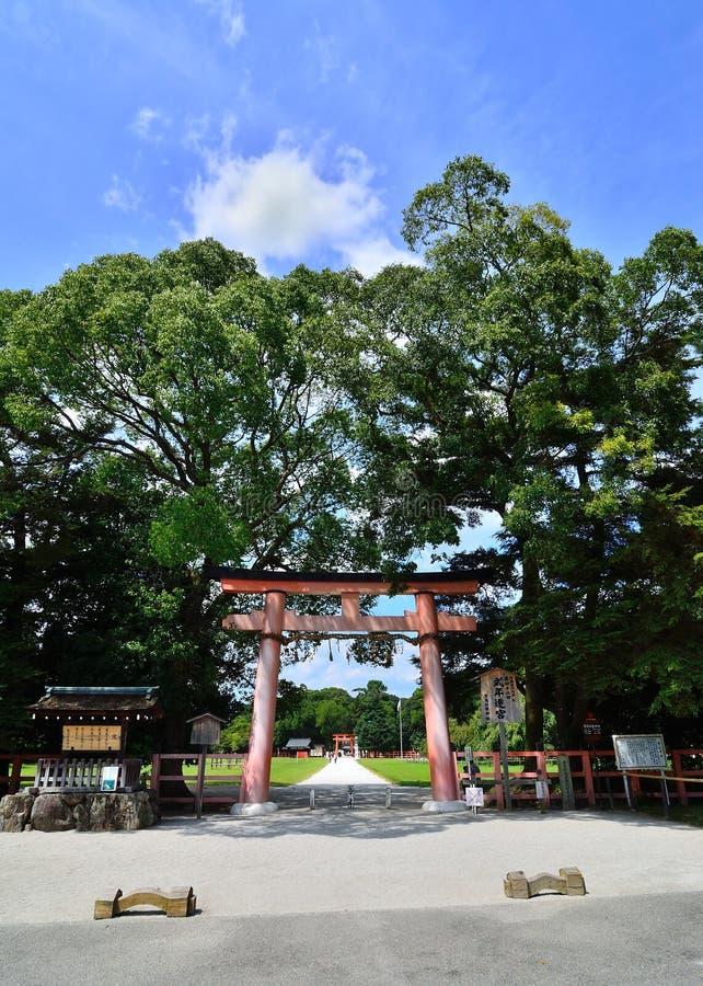 Torii port av den Kamigamo relikskrin Kyoto Japan fotografering för bildbyråer