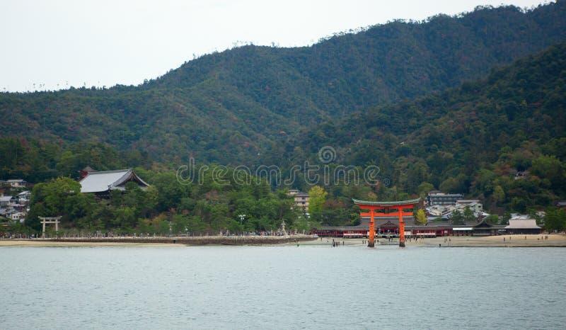 Torii port i Miyajima, nära Hiroshima, Japan royaltyfri foto
