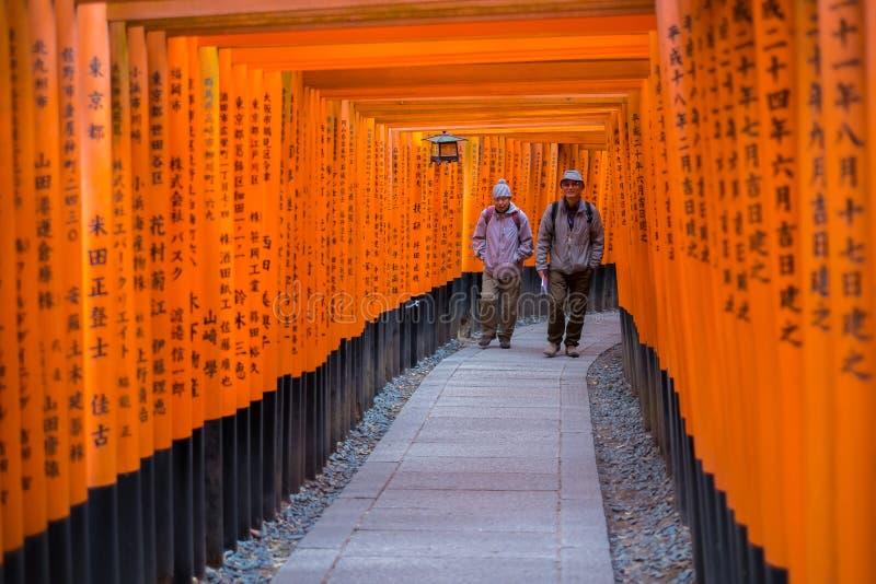 Torii portar på Fushimi Inari förvarar i Kyoto, Japan royaltyfri bild