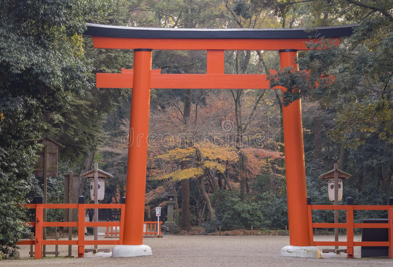 Torii rojo grande en el Shimogamo famoso Jinja imágenes de archivo libres de regalías