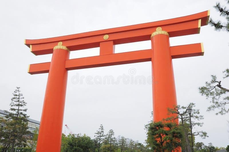 Torii rouge au tombeau de Heian, Kyoto images stock