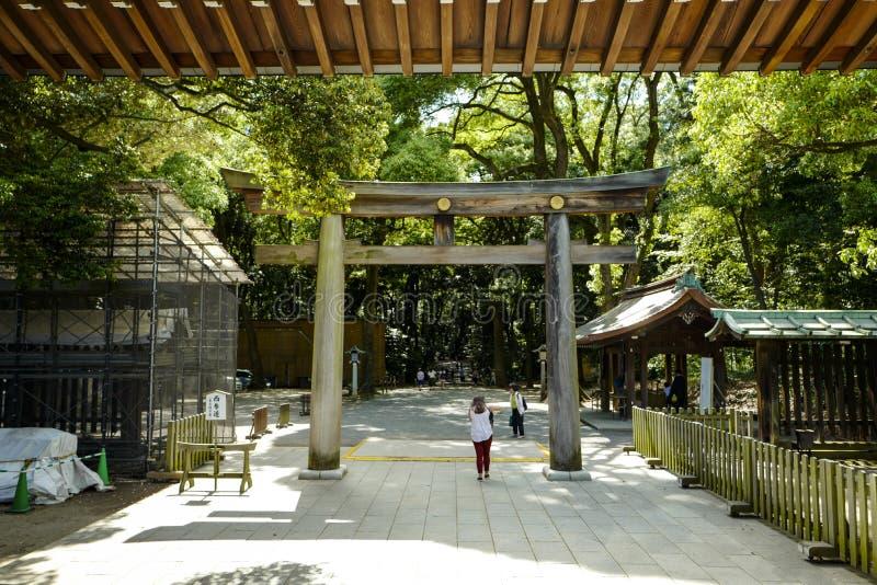 Torii som leder till Meiji Shrine, parkerar, lokaliserat i Shibuya, Tokyo royaltyfri foto