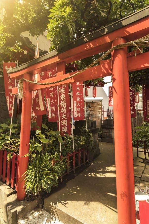 Torii-Tor kleinen shintoistischen Schreins Shozoku Inari eingeweiht Uga-keinem-Mita stockfoto