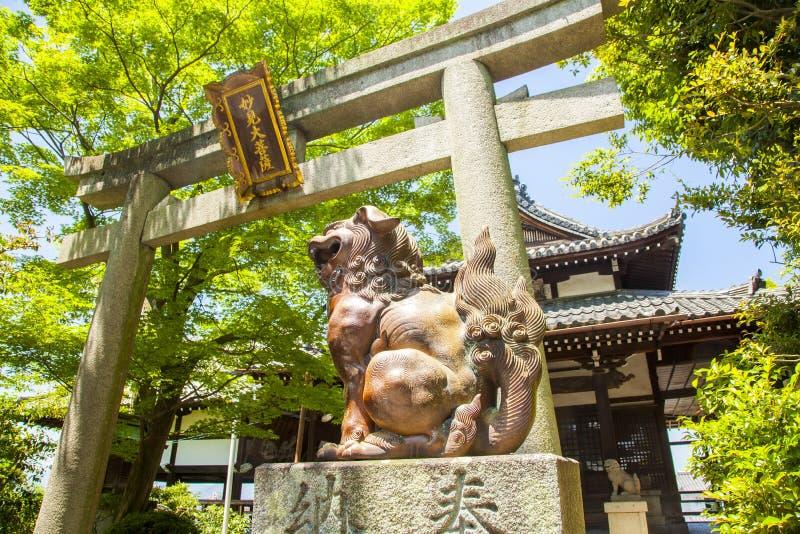 Torii - traditionell japansk port som ska förvaras arkivbild