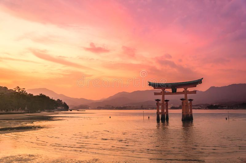 Toriipoort van Itsukushima-Heiligdom op zonsondergangtijd in Miyajima, Japan royalty-vrije stock fotografie